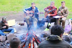 Костёр и песни под гитару в детском военно-спортивном лагере