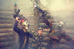 Постройка окопов в детском военном лагере
