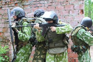 Противоосколочные шлемы и бронежилеты в детском лагере