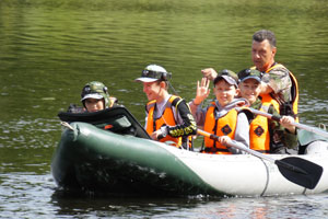 Плавание на лодках в детском лагере