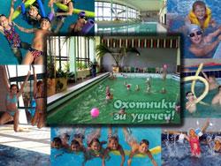 Купание в бассейне летом в лагере у детей.
