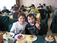 Дети питаются в столовой  детского лагеря